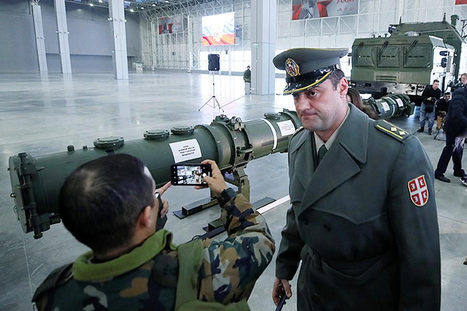 Военных атташе и журналистов пригласили в огромный павильон, где их уже дожидались две ракеты и одна пусковая установка