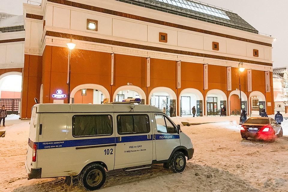 """Полицейский автомобиль у здания """"Третьяковки"""", вечер 27 января. Фото АГН Москва"""