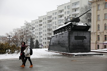 Дом у танка-памятника: квартиры на весь этаж и кухни шириной по два метра
