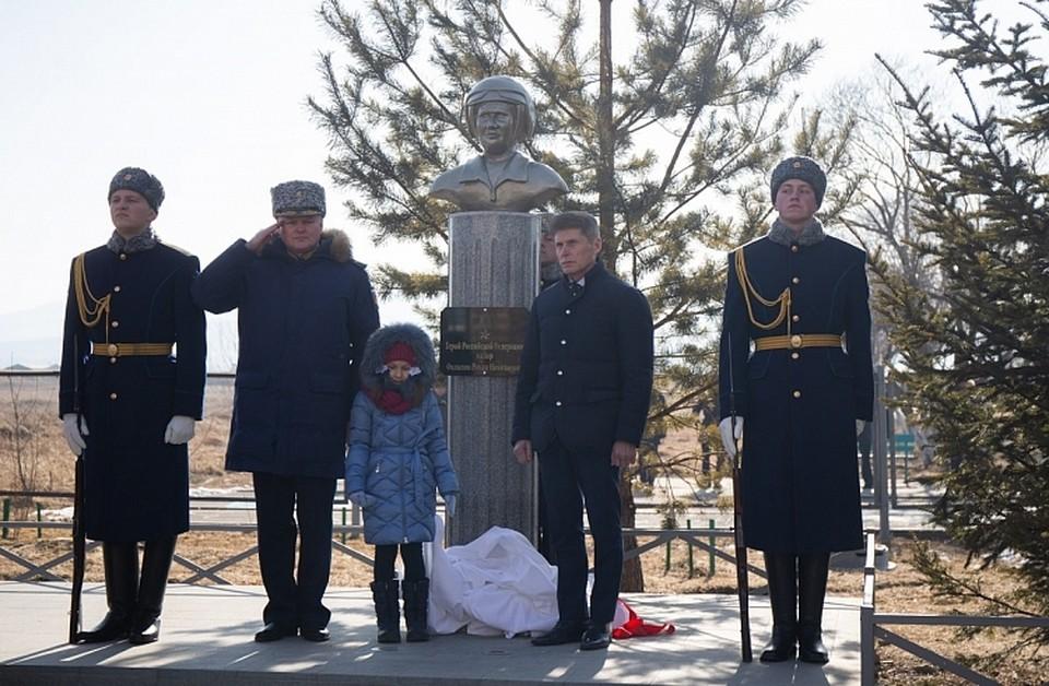 В Черниговке установили мемориальный бюст Герою России Роману Филипову