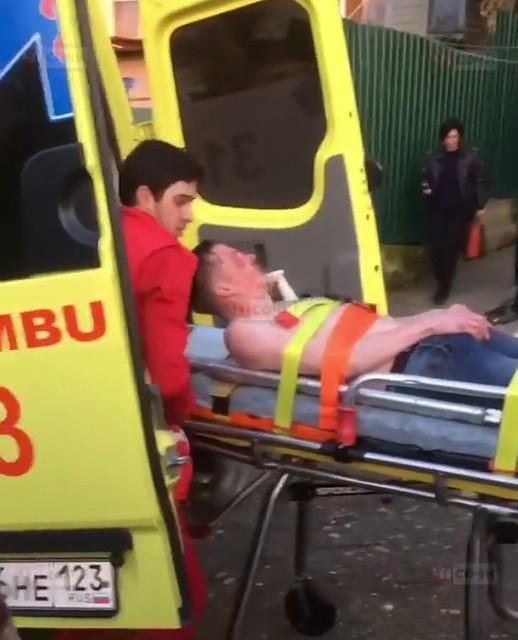 В Сочи мужчина ранил ножом знакомую и выпал из окна