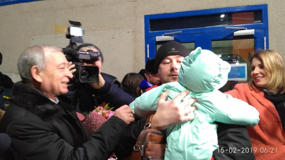 Папа впервые обнял сына за полтора месяца.