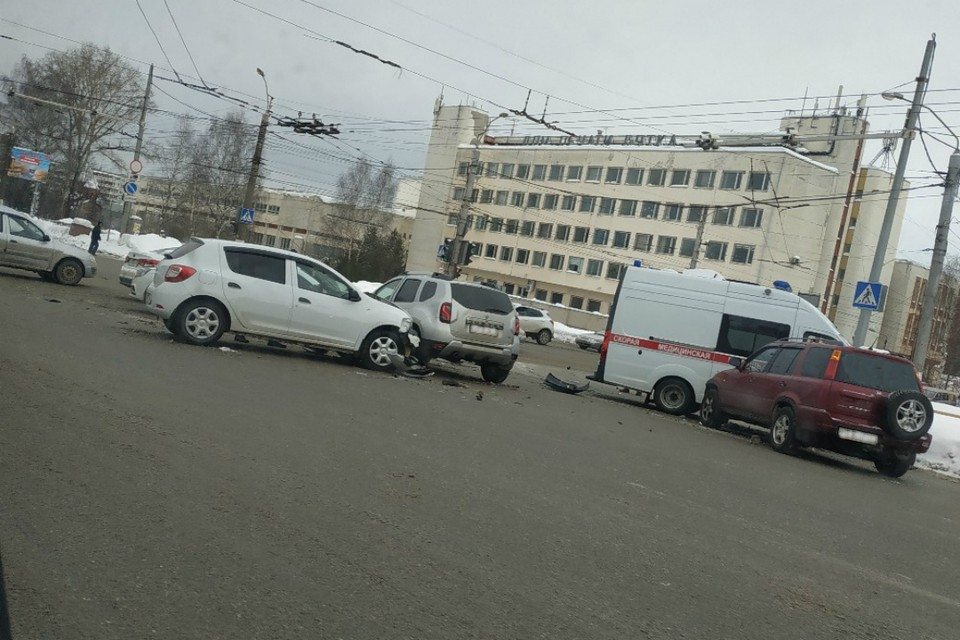 После столкновения обе машины занесло на встречные авто. Фото: Дмитрий ЗЕМЦОВ vk.com/kirovdps