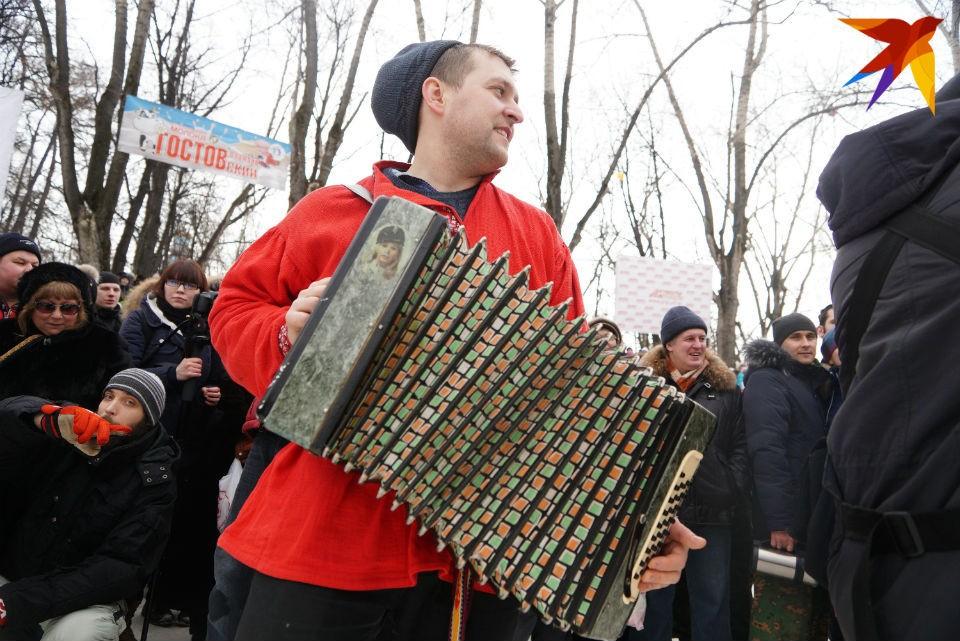Сейчас в Кировске ищут артистов, которые владеют любыми народными инструментами.