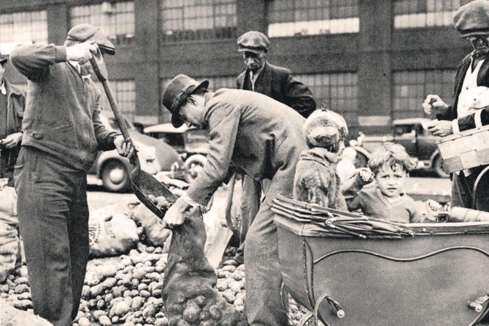 В годы Великой депрессии власти раздавали картошку голодающим американцам.