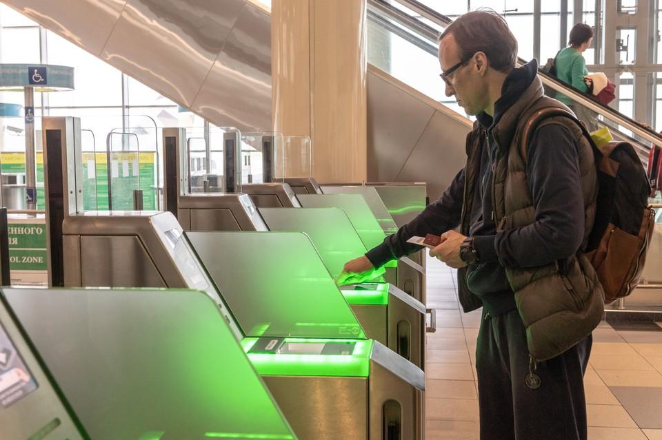 Пассажиры сканируют посадочные талоны перед вылетом в аэропорту Домодедово.