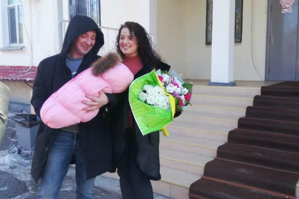 «А если бы малышка погибла»: жительница Хабаровска рассказала, как рожала на кафельном полу роддома в одиночестве