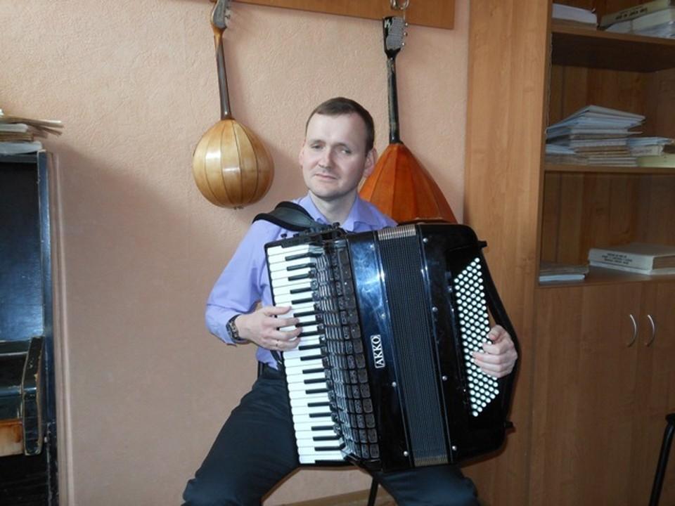 Александр Осадчий играет на аккордеоне с французским шармом