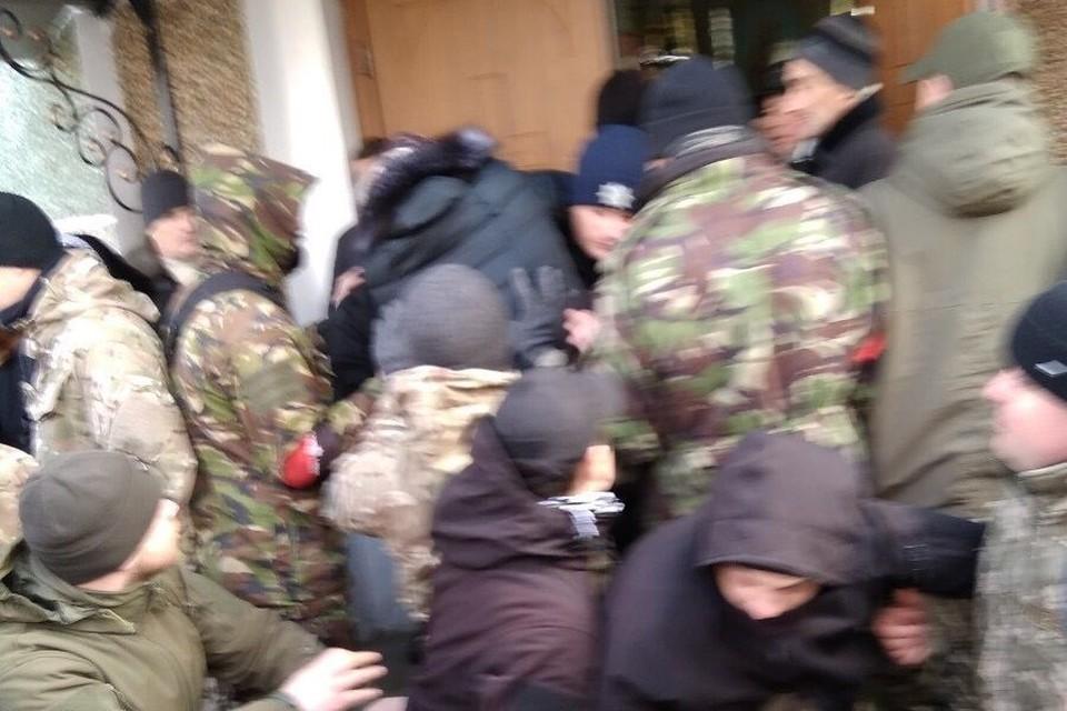 На Украине раскольники при помощи радикалов захватили храм канонической УПЦ