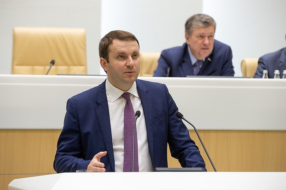 Орешкин объяснил ухудшение прогноза курса рубля