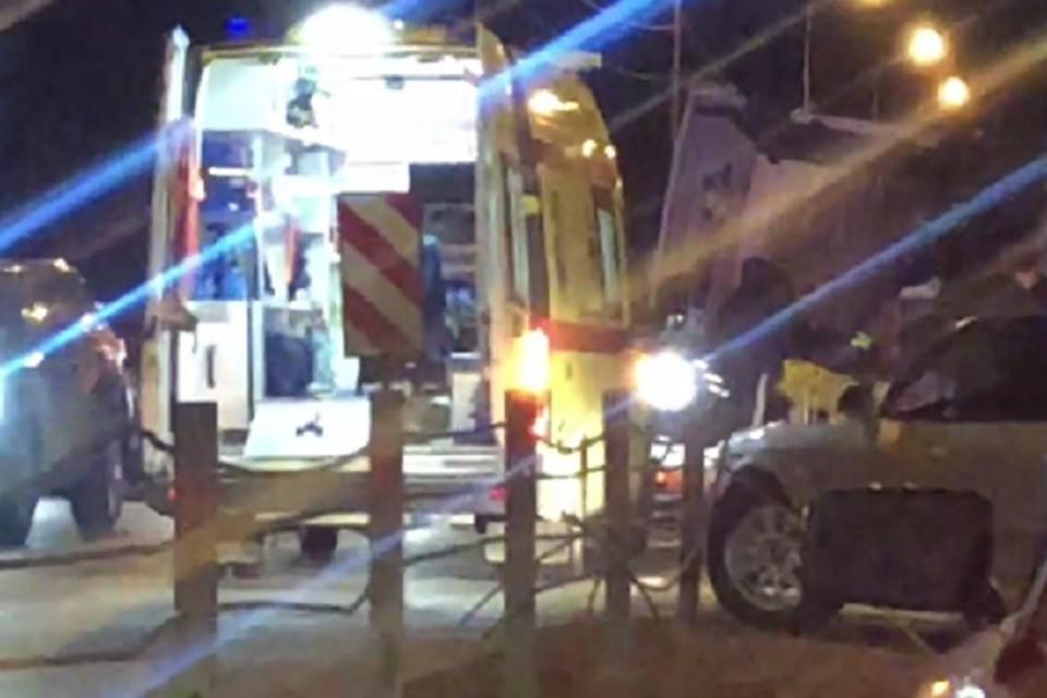 Правоохранители разворачивают поток машин в обратную сторону
