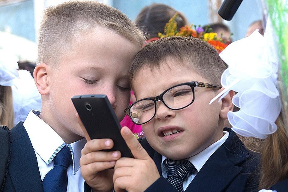 Детям смартфоны запрещать можно, но бесполезно