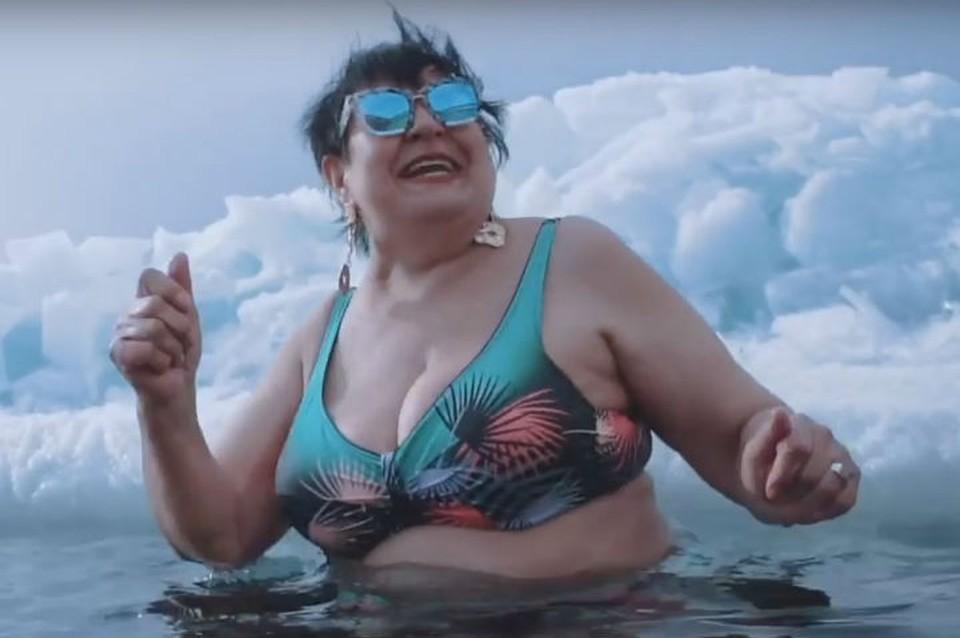Хочу к Тимати в «Black Star»: пенсионерка зачитала рэп, окунувшись в Байкал в 30-градусный мороз. Фото: скриншот с видео.