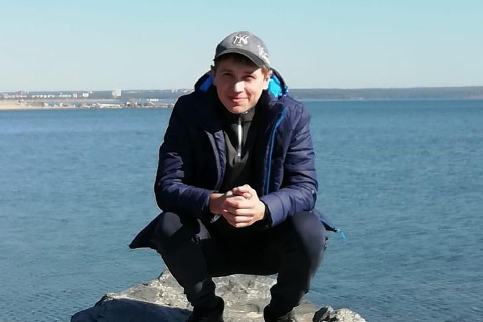 Евгений получает от государства 8 тысяч рублей в месяц, всю эту сумму он оставляет в аптеке.