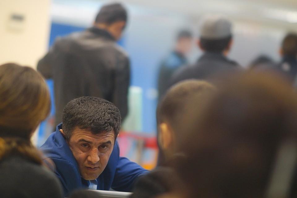 Руководителям предприятий, на которые распространяется этот запрет, дают три месяца на то, чтобы расстаться с иностранными работниками.