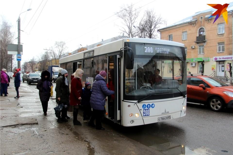 Пассажиров в новые маршрутки впускают через переднюю дверь - так проще контролировать оплату проезда.