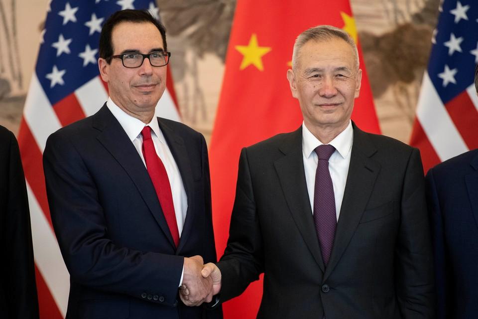 Вице-премьер Госсовета КНР Лю Хэ (справа) и министр финансов США Стивен Мнучин