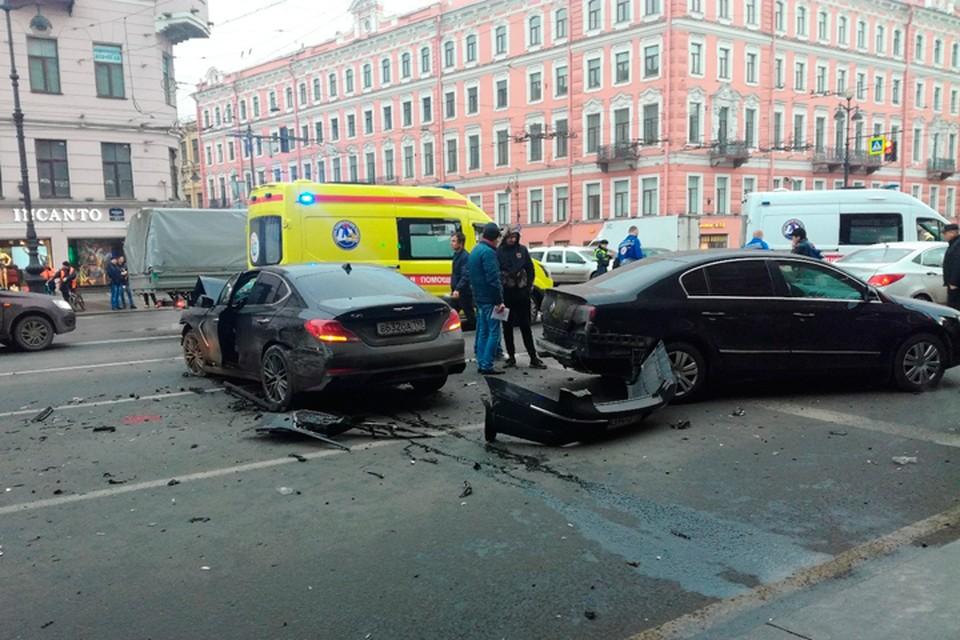 По факту ДТП на Невском в Петербурге возбуждено уголовное дело. Фото: vk.com/spb_today