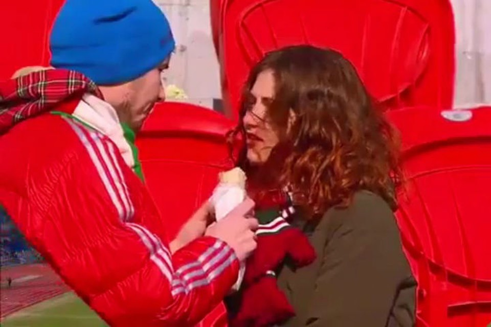 Зрители матча уверены - это любовь! Фото: стоп-кадр с видео