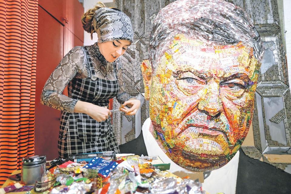Украинская художница Дария Марченко сделала портрет Порошенко из оберток конфет «Рошен» и пустых гильз. Творение называется «Лицо коррупции».