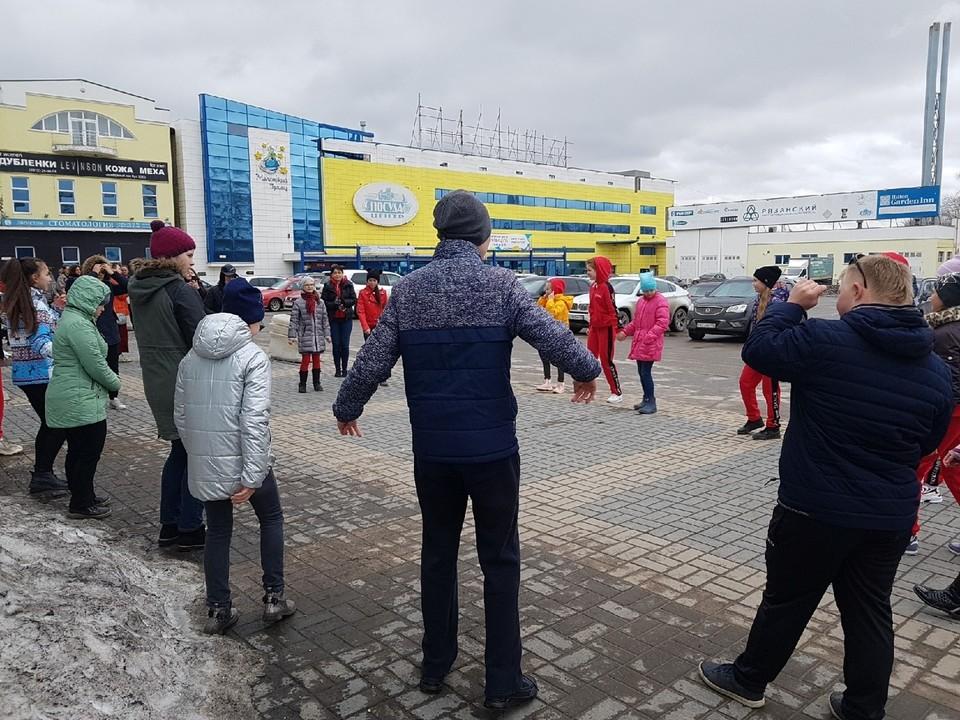 Когда молодых танцоров не пустили в помещение студии, небольшое занятие решено было устроить прямо на улице. Фото: Наталья БАРЫШОВА.