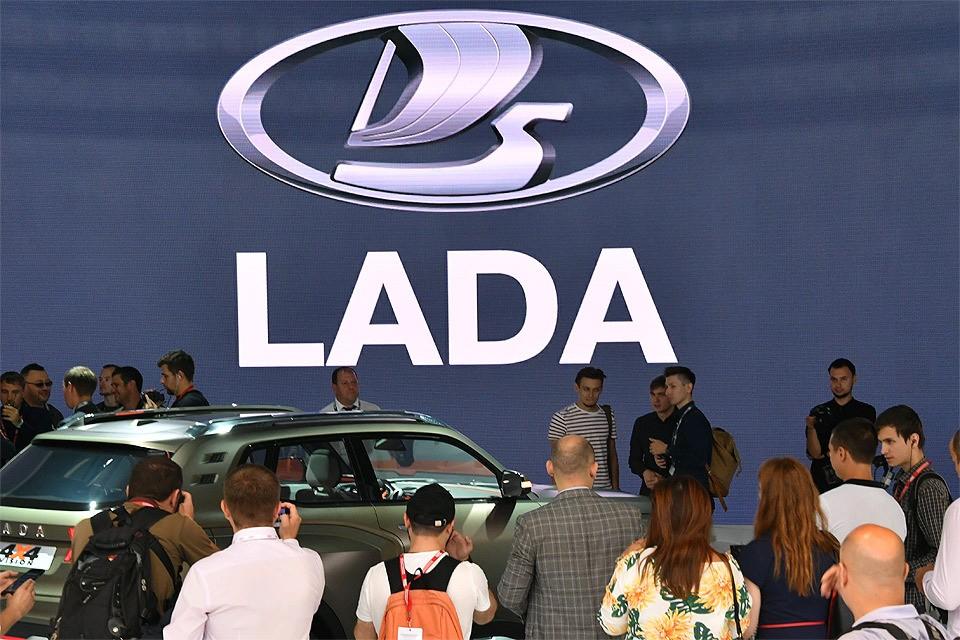"""У стенды """"Лады"""" во время презентации на московском международном автомобильном салоне в МВЦ `Крокус Экспо`."""