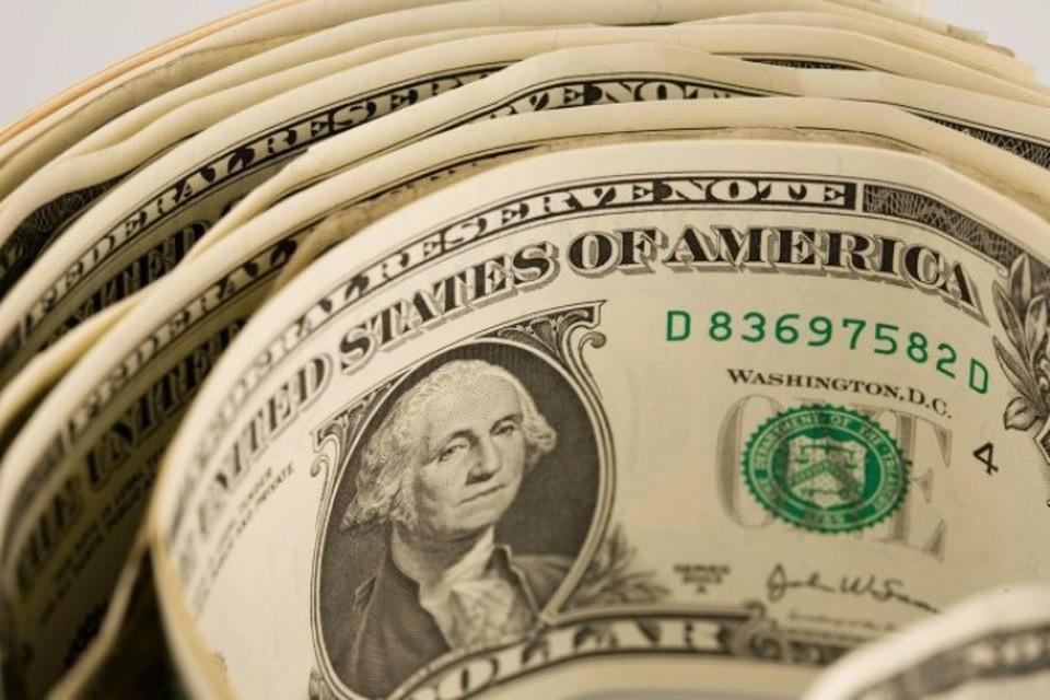 Курс доллара упал ниже 65 рублей