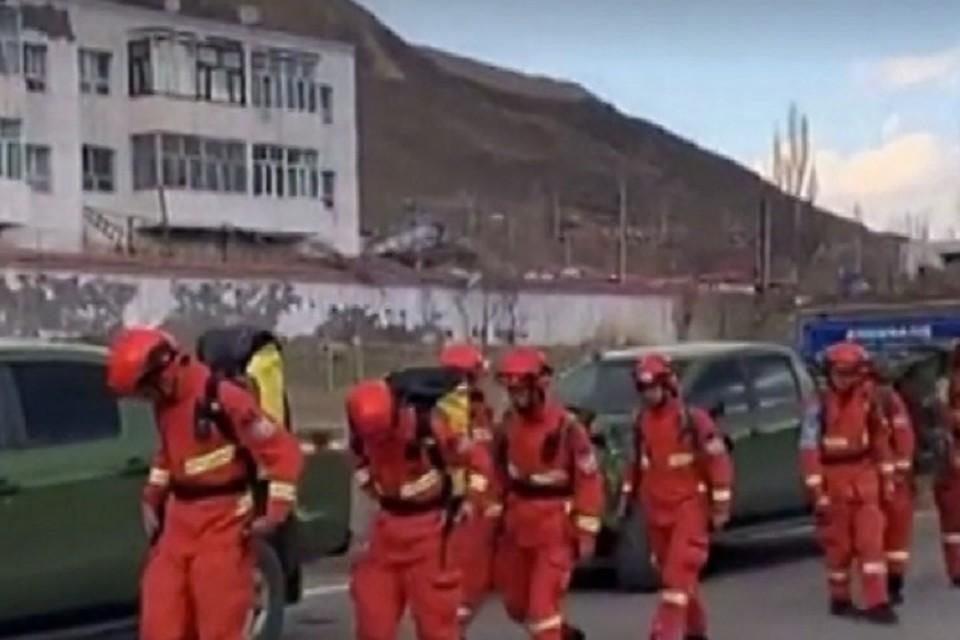 В Китае двое суток пытались спасти туристов, которые застряли в снегу. ФОТО: стоп-кадр с видео