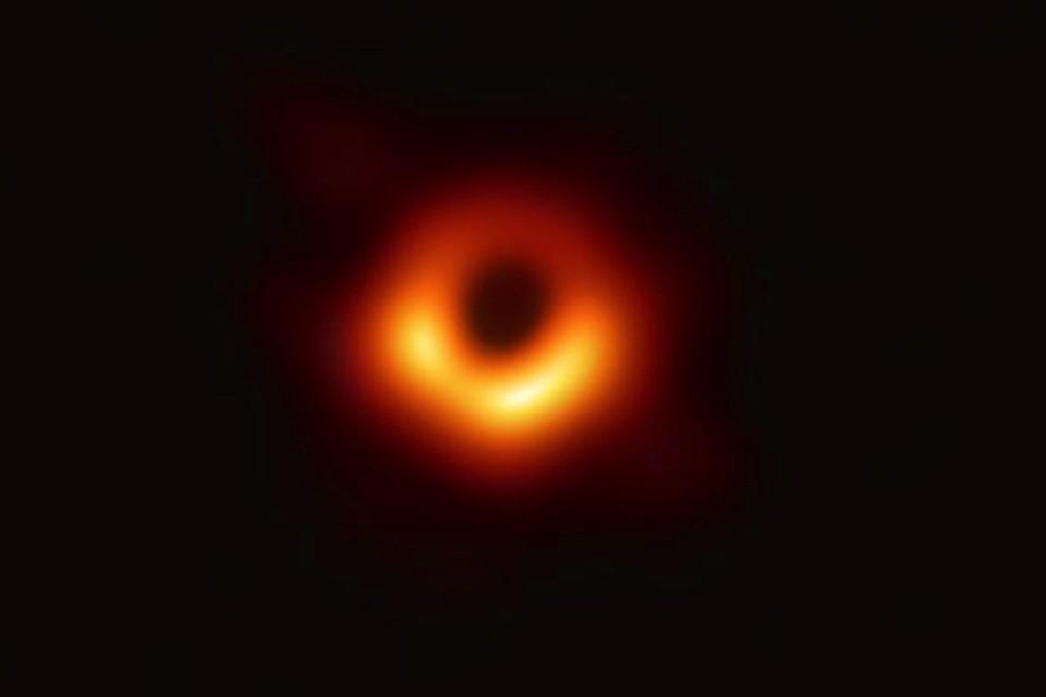 Вот она какая. Черная дыра... Такого прежде никто не видел.