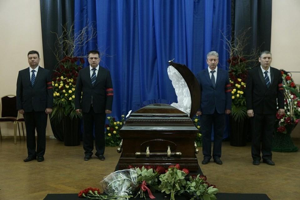 Гроб занесли в зал в половине двенадцатого