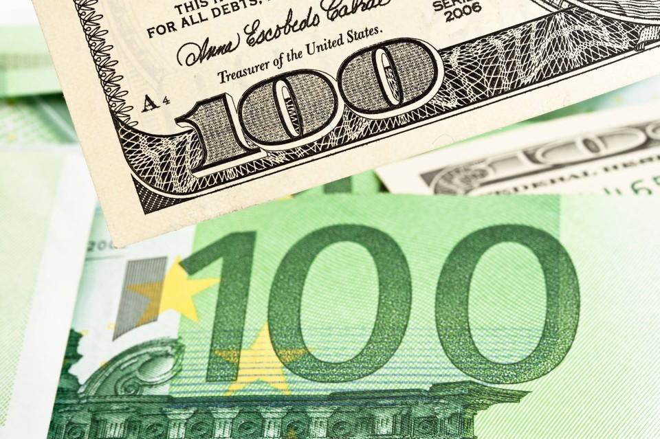 Рубль незначительно снижается к доллару и евро на открытии торгов