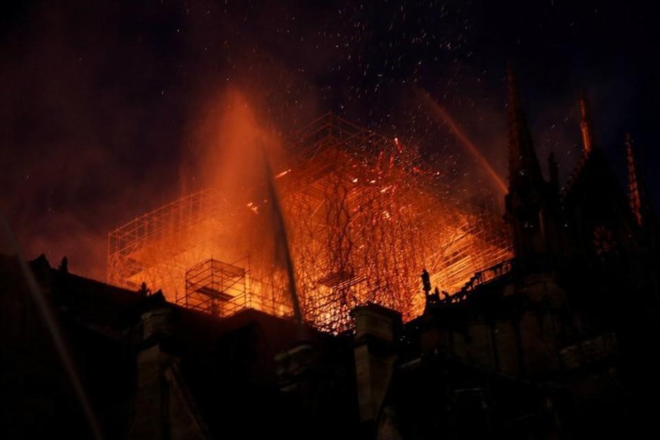 Здание собора Парижской Бгоматери охвачено огнем