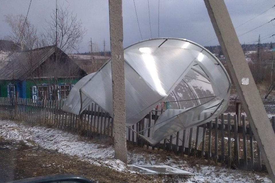 Ветер снес теплицу в Березовском. Фото: Андрей Перепечаев