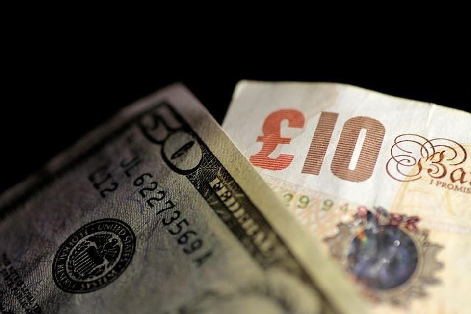 Рубль в начале торгов снижается к доллару и евро