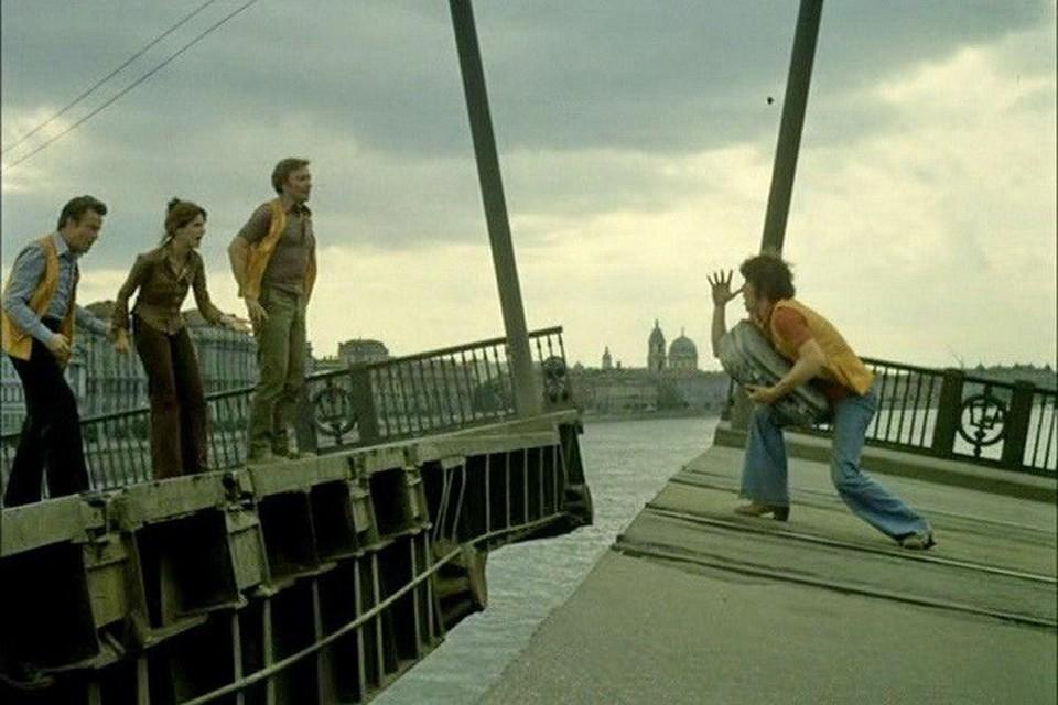 В Петербурге итальянец на машине попытался перепрыгнуть через разводящийся Сампсониевский мост, но не смог.