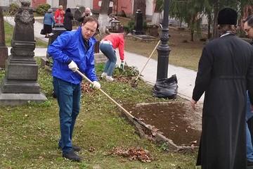 Владимир Мединский очистил Донской монастырь от прошлогодней листвы