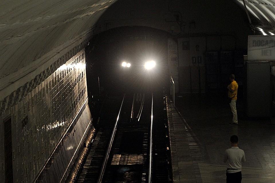 На станции метро Бауманская мужчина погиб, упав на рельсы