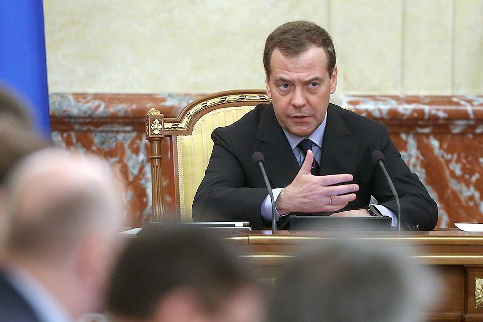 Медведев напомнил министрам, что нужно платить зарплаты бюджетникам