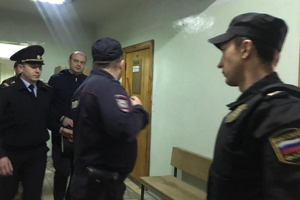 Павла Яромчука заводят в зал судебного заседания