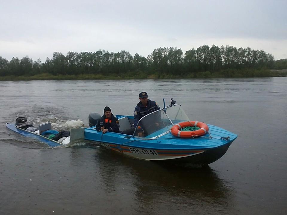 Спасатели обследуют дно реки. Фото: МЧС.