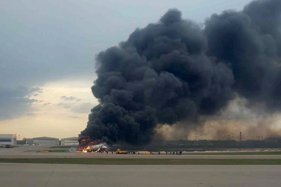 То, что пилоты открыли боковое окно никак не повлияло на горение самолета. Он разгорелся с хвоста, горение поддерживалось из-за внешнего обдува при движении