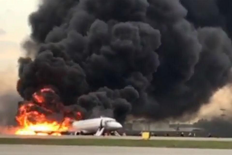 Заслуженный пилот назвал вероятные ошибки экипажа сгоревшего в Шереметьево самолета «Суперджет». Фото: скриншот с видео