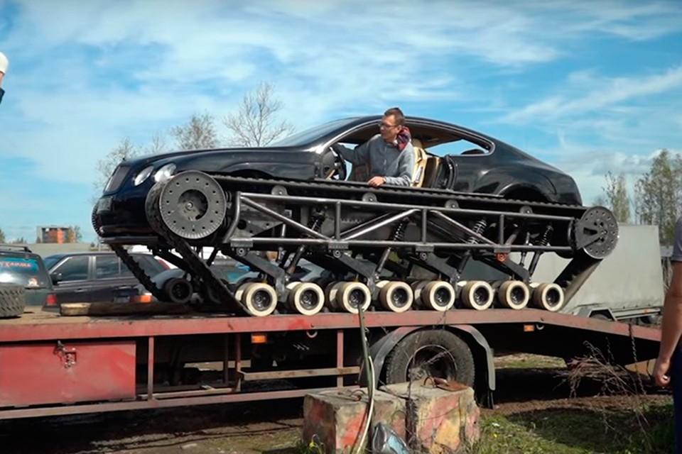 Изящный черный корпус Bentley водружен на огромные треугольные гусеницы.