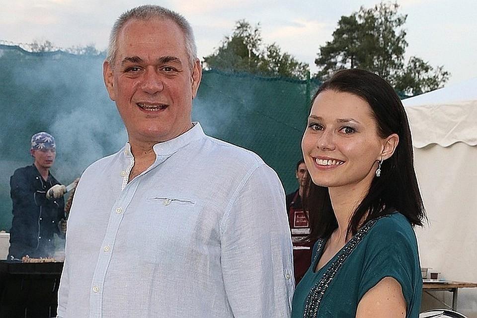 Сергей Доренко с супругой Юлией. Фото ТАСС/ Александра Мудрац