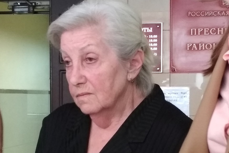 Сестра покойной Элины Быстрицкой Софья Шегельман у здания суда.