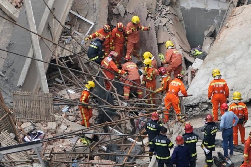 Спасателям удалось обнаружить и вытащить из-под завалов обрушившегося в Шанхае здания 25 человек