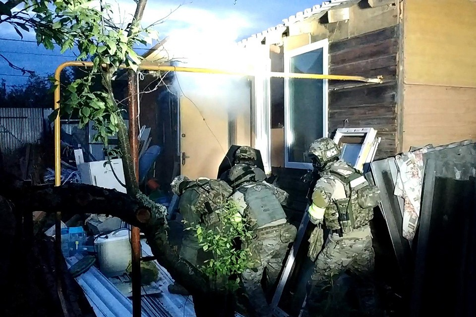 Момент штурма спецназом дома, в котором жили террористы.