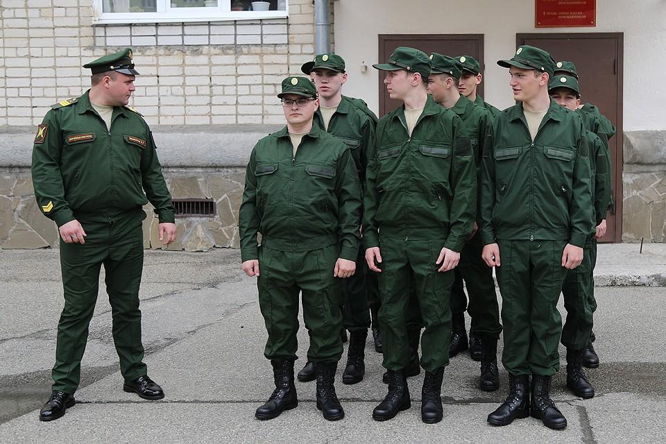 Призывники на одном из сборных пунктов Ставрополя.