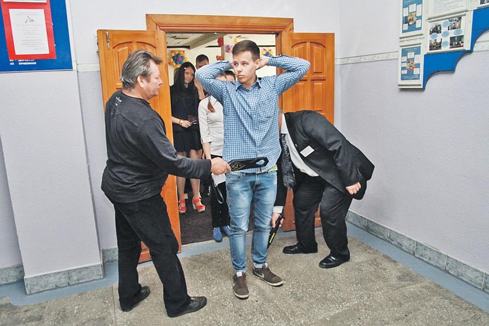 При входе на пункт сдачи ЕГЭ каждого школьника сканируют - не проносит ли чего-то запрещенного. Как в аэропорту, могут попросить снять обувь и проверят туфли.