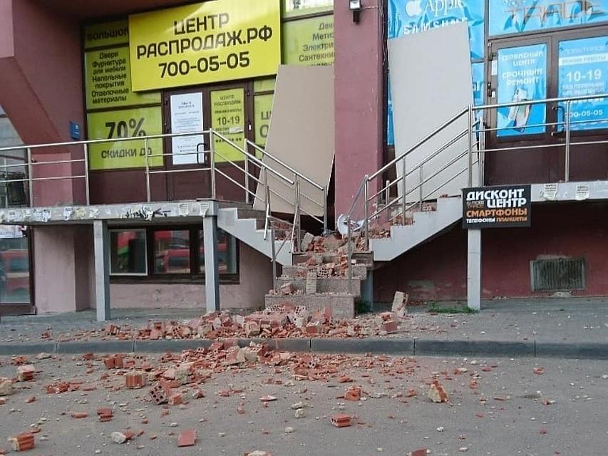 f7880b69a Кирпичи упали прямо на тротуар и крыльцо. Чудом никто не пострадал. Фото:  Марсель